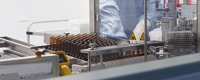 Jeden Tag verlassen eine Vielzahl an Salben, Kapseln und Ampullen die Produktion der Arnika Apotheke.