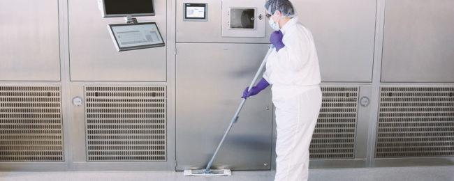 Langsam und sorgfältig reinigen die Piepenbrocker alle Oberflächen im Reinraum
