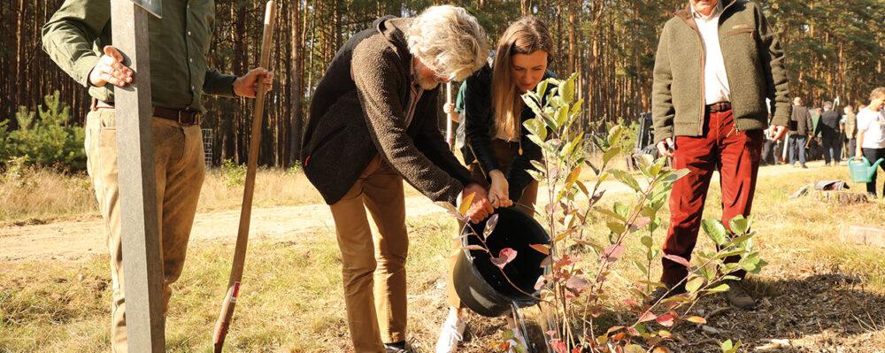 Reinhold Messner pflanzt einen Baum