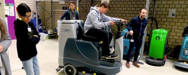 Im Piepenbrock Technologiezentrum erprobten die Nachwuchskräfte Reinigungsmaschinen. (Bild: Piepenbrock)