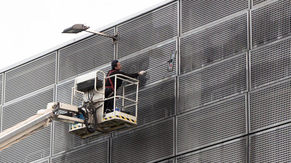 Piepenbrock reinigt Parkhausfassade am FMO