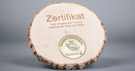 """Ein Siegel """"Ökologische Gebäudereinigung"""" in Gold."""